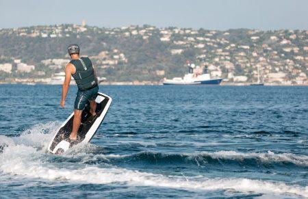 Mit Vollgas über die Wellen: <br>Elektro-Surfboard von Awake</br>