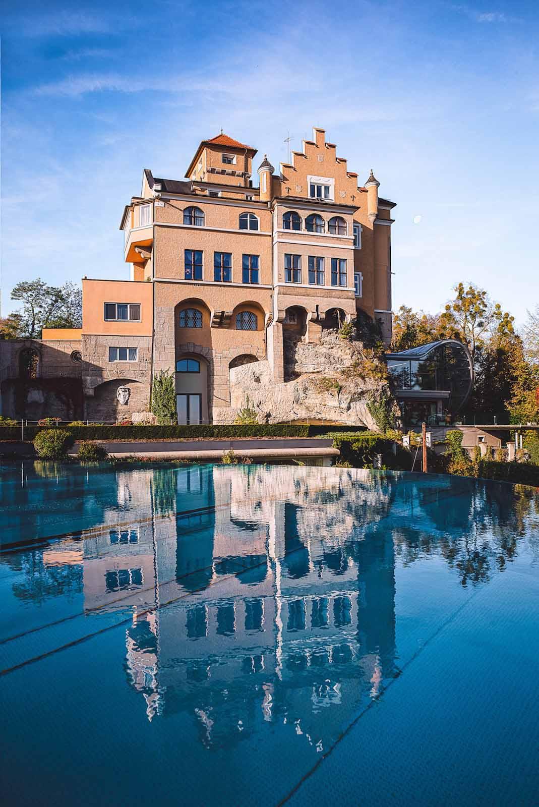 Pool_Außenansicht_Schloss_Moenchstein